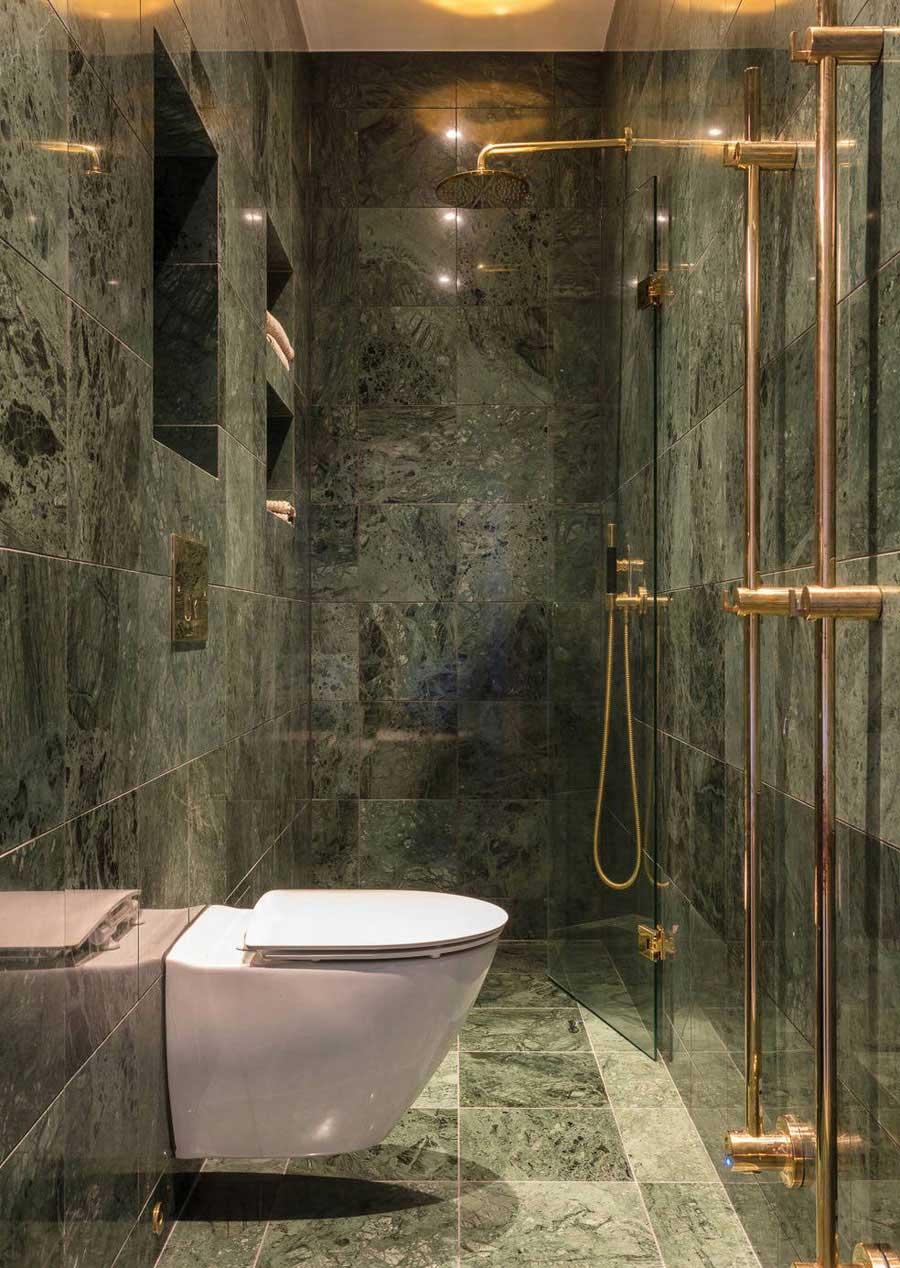 Klassieke badkamer met groen marmer