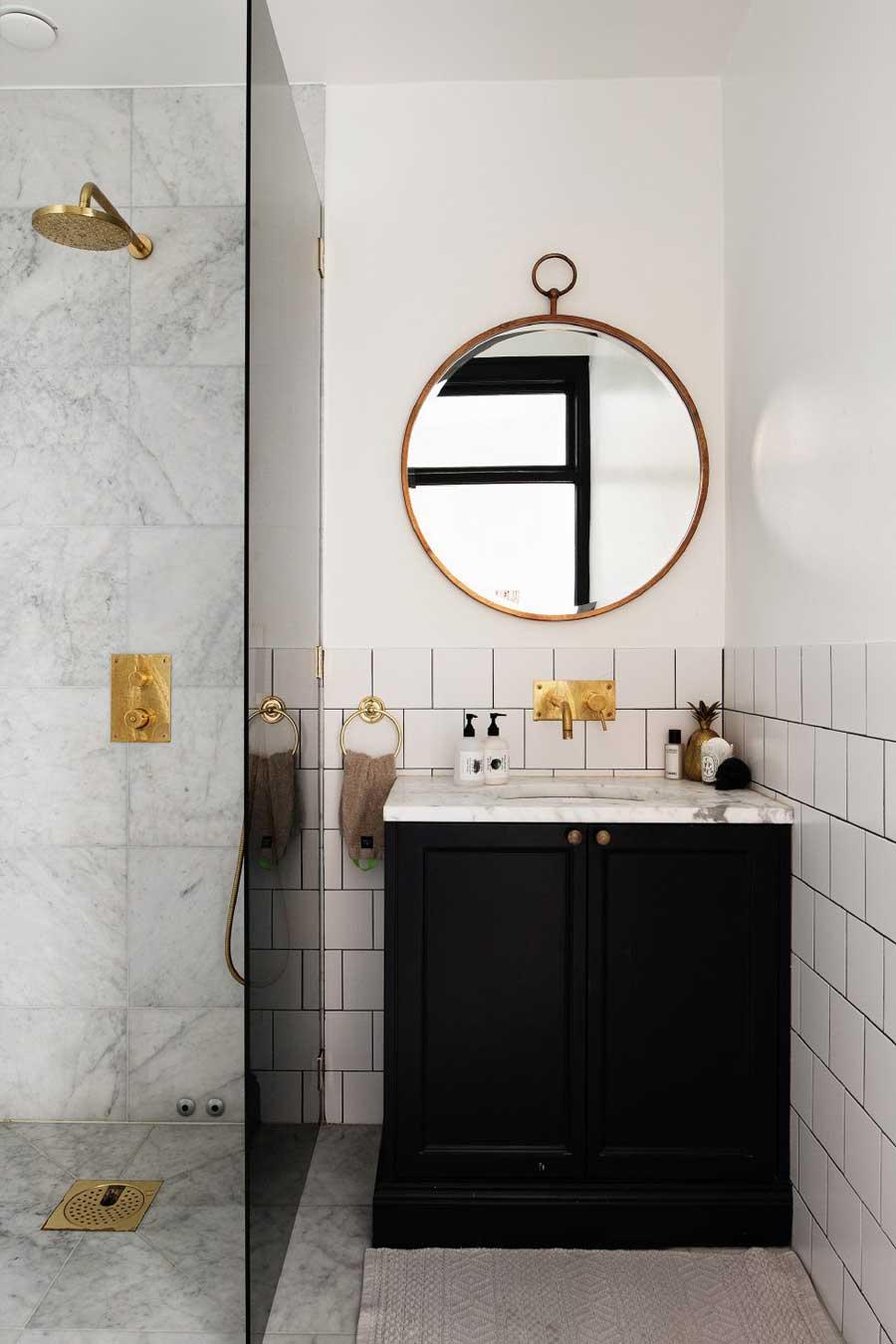 Klassieke badkamer met gouden details