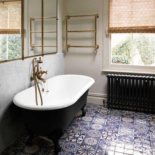 Klassieke badkamer met bad op pootjes