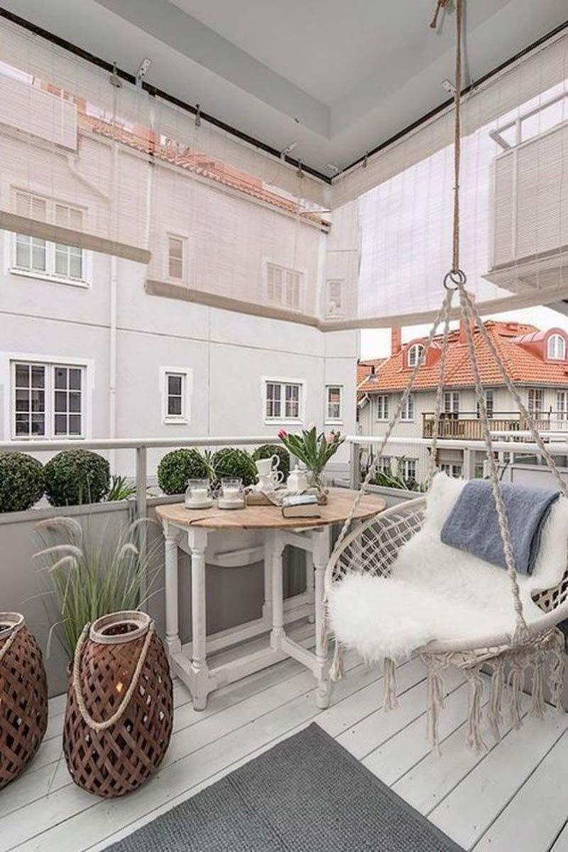 Klein balkon inrichten gordijnen ophangen