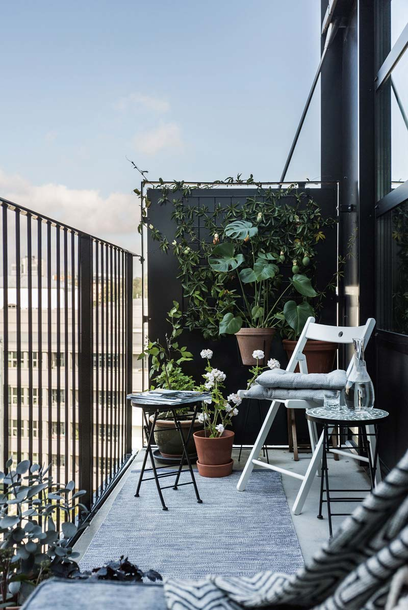 Klein balkon inrichten verticaal tuinieren