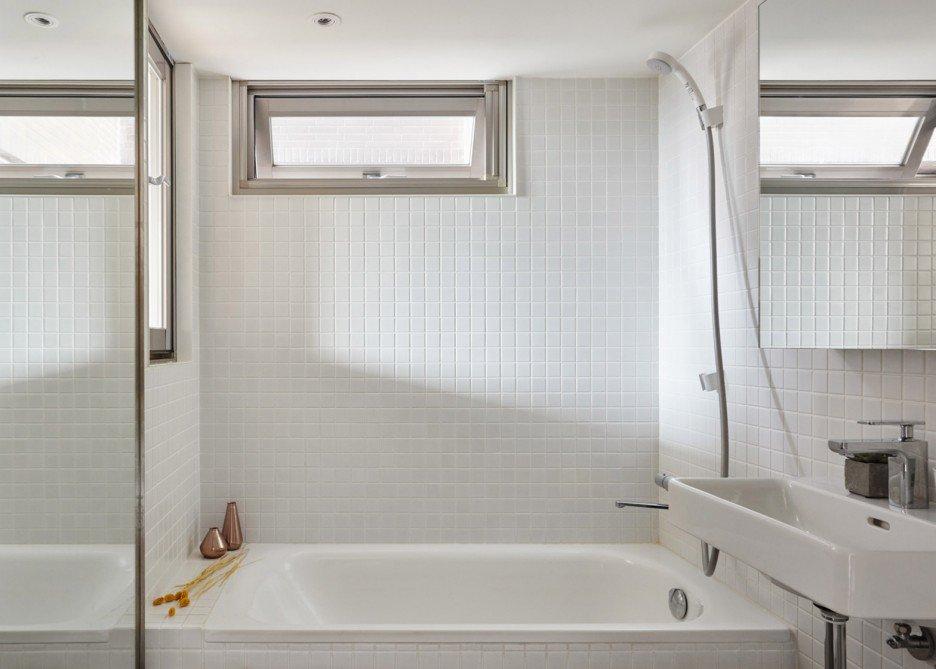 In dit kleine appartement van 22m2 hebben ze de slaapkamer óp de badkamer ingericht!