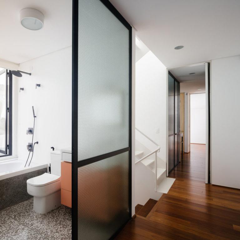 kleine badkamer met bad en douche bij raam
