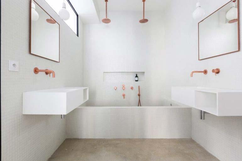 kleine badkamer met bad en douche dubbele douche