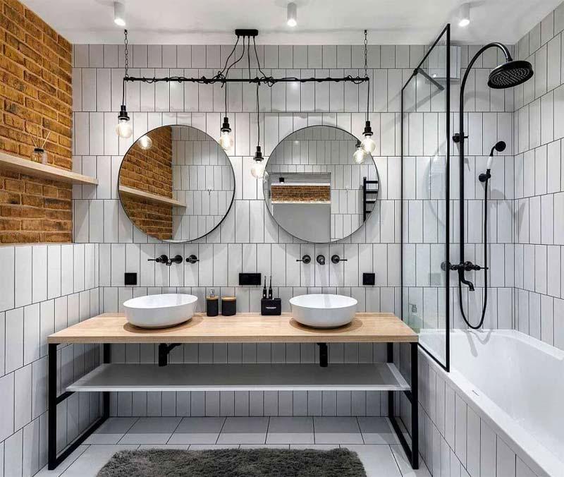 kleine badkamer met bad en douche industrieel