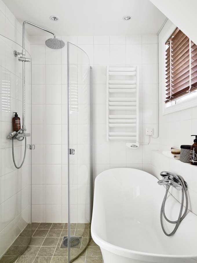 kleine badkamer met bad en douche inklapbare douchedeuren