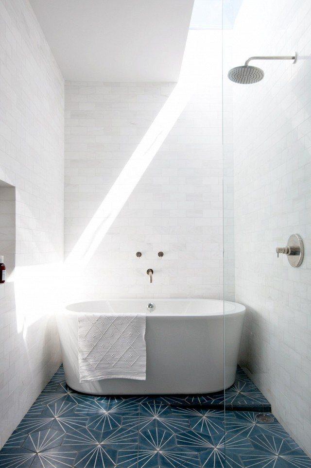 kleine badkamer met bad en douche lichtstraat