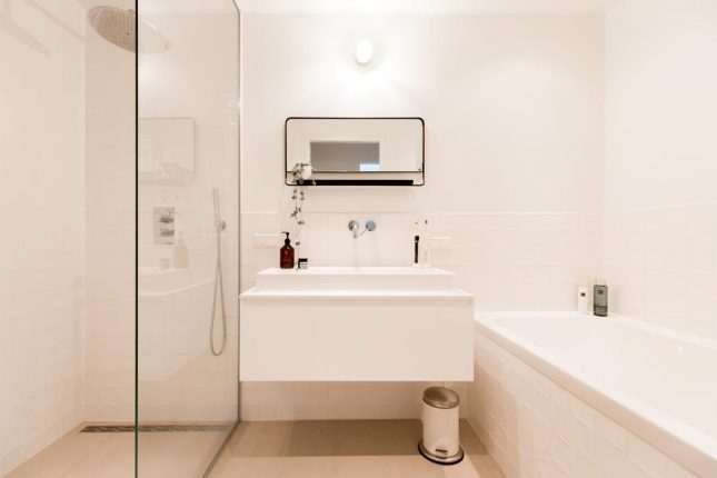 kleine badkamer met bad en douche minimalistisch
