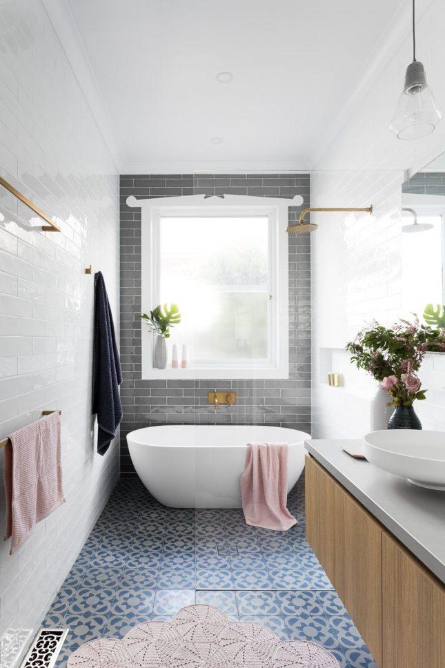 kleine badkamer met bad en douche open douche naast bad