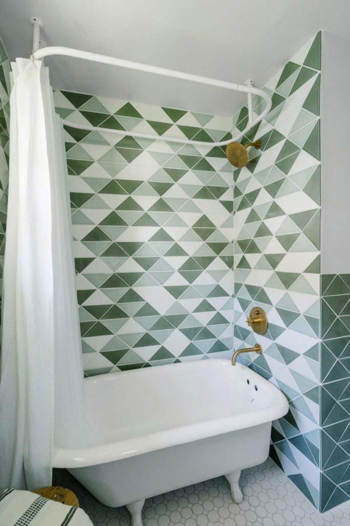 kleine badkamer met bad en douche retro