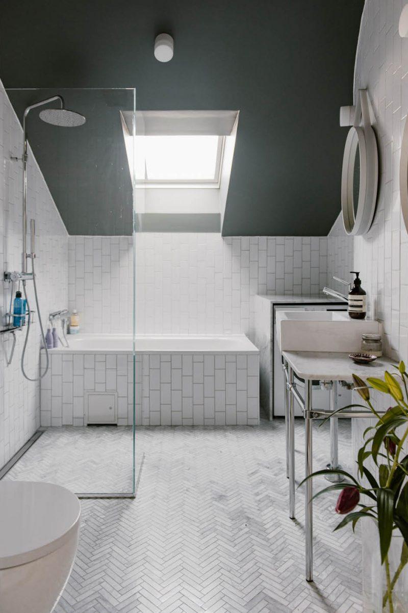 kleine badkamer met bad en douche schuine wand