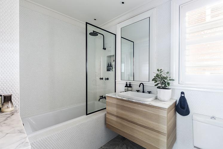 kleine badkamer met bad en douche stalen douchewand op bad