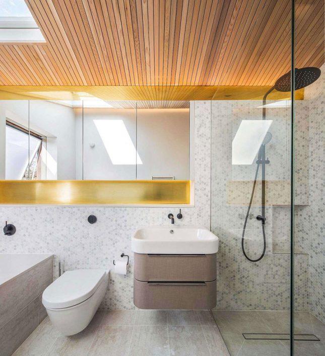 kleine badkamer met bad toilet wastafel en inloopdouche