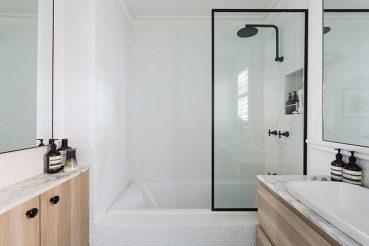 Kleine badkamer met witte ronde mozaïektegeltjes