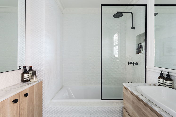 Kleine badkamer met witte ronde mozaïektegeltjes homease