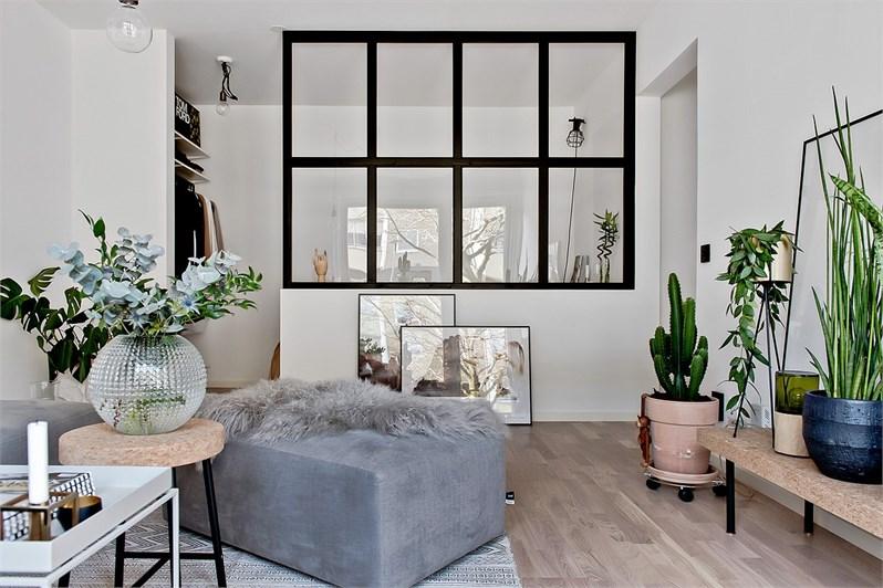 kleine-half-open-slaapkamer-naast-woonkamer