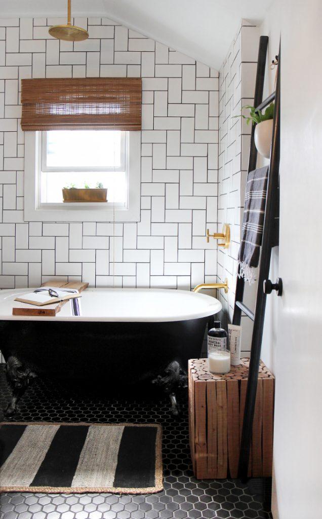 Jenni koos voor de combinatie van zwarte kleine hexagon tegels op de vloer en wite metrotegels aan de wanden in haar inspirerende badkamer.