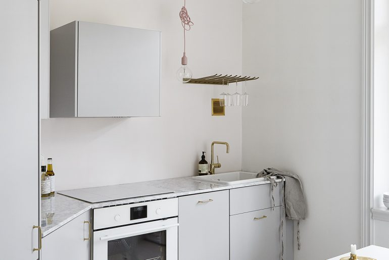 Kleine open keuken in de hal homease