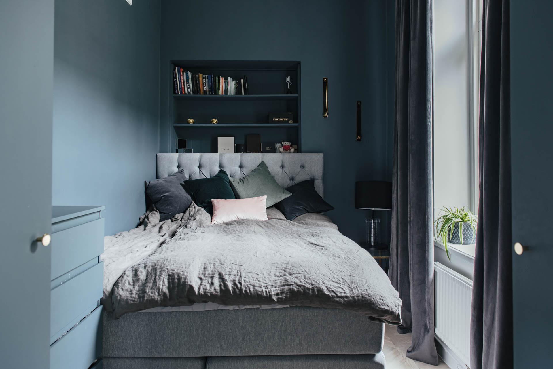 Kleine slaapkamer met mooie blauwe muren