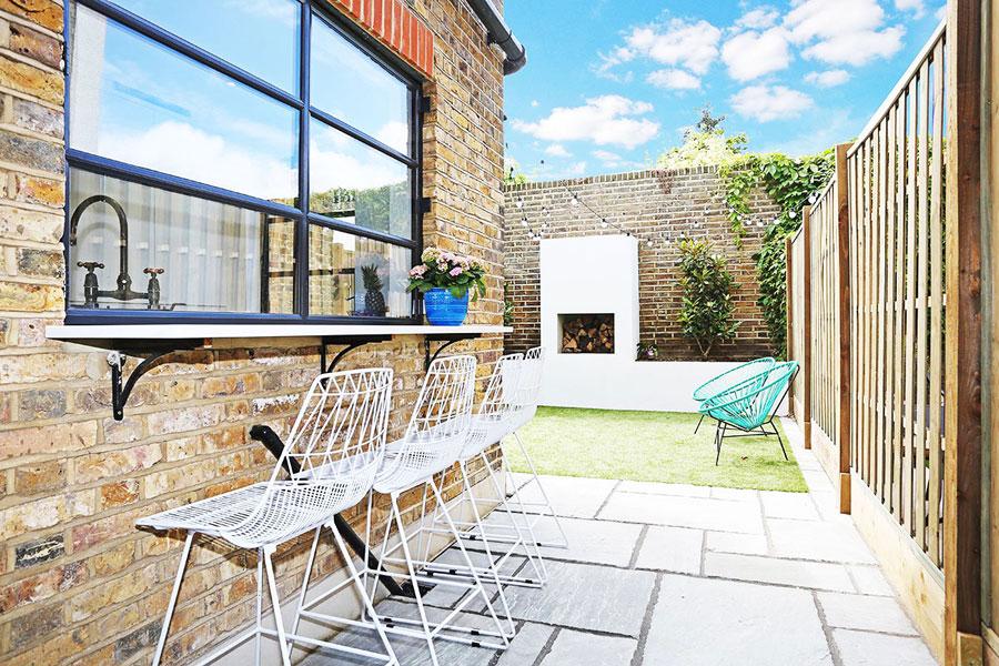 In deze kleine tuin is een super leuke bar met barkrukken gecreëerd. Klik hier om meer foto's te bekijken.