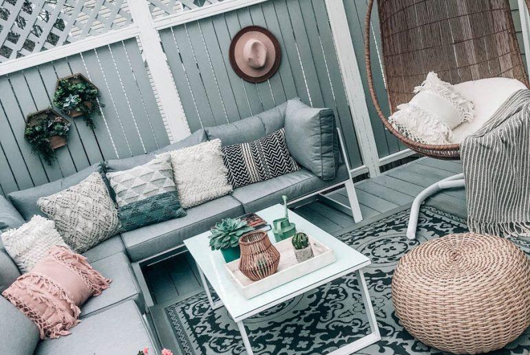 Shelby van Pretty in the Pines heeft een heerlijk terras met loungebank gecreëerd in haar kleine tuin. Klik hier om meer foto's te bekijken.