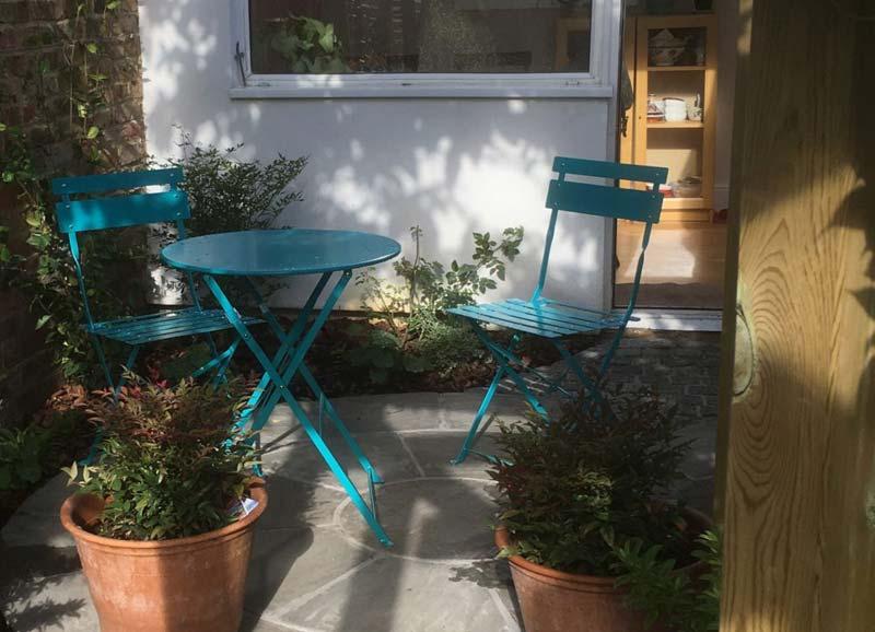 kleine tuin ontwerpen cottage stijl tuin bistro setje
