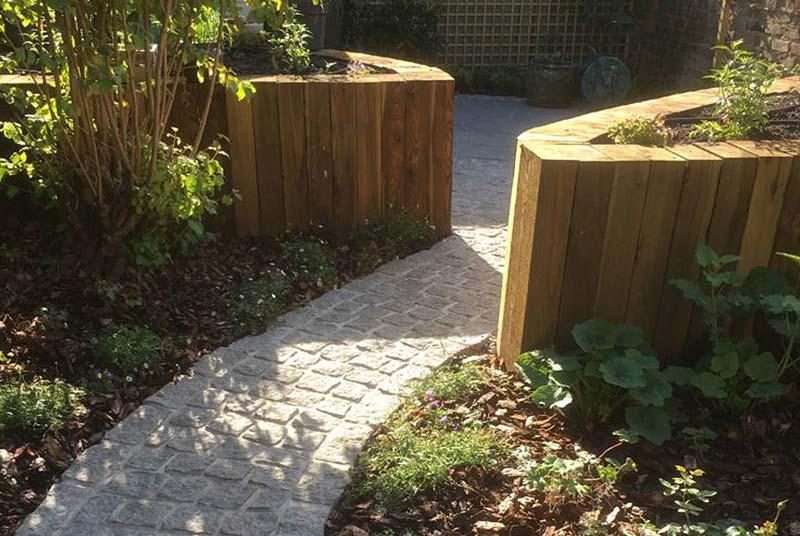 kleine tuin ontwerpen cottage stijl tuin tuinborders en houten plantenbakken