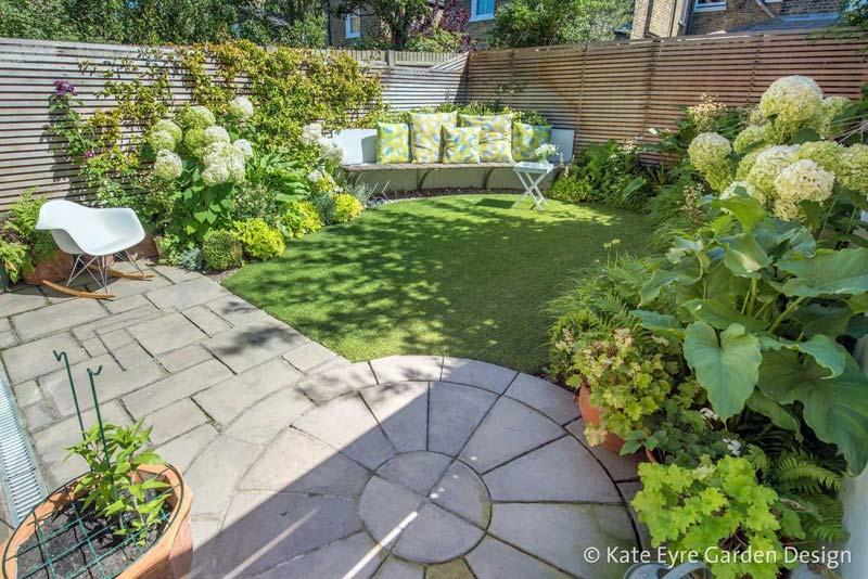 kleine tuin ontwerpen creatief gebruik tegels en gazon