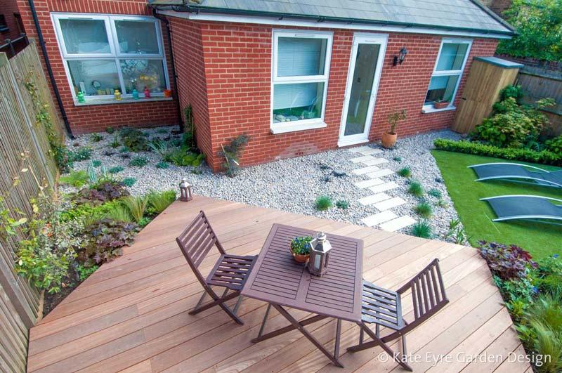 kleine tuin ontwerpen modern geometrisch ontwerp grind houten vlonders kunstgras