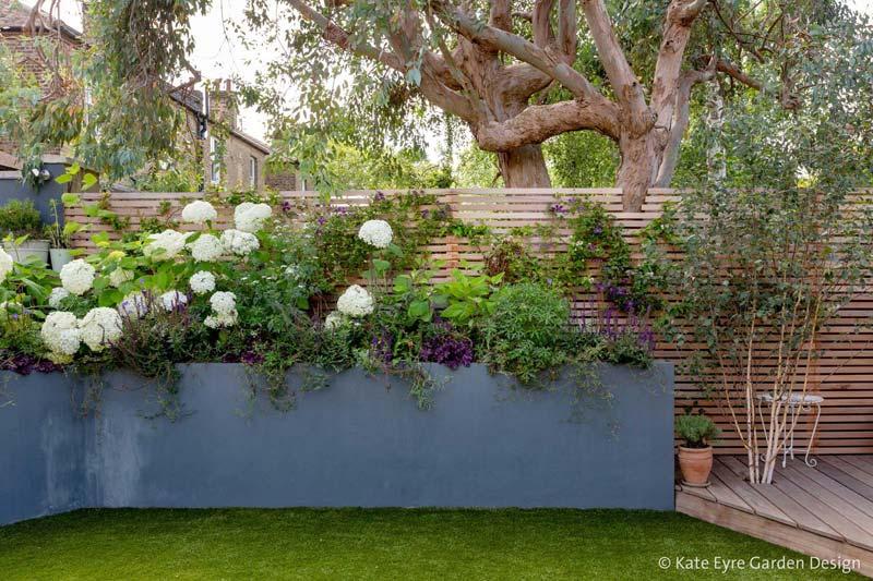 kleine tuin ontwerpen tuinhuis hoge plantenbak