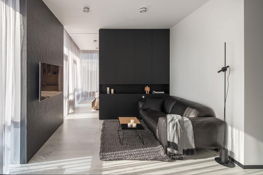 Kleine woonkamer TV aan de muur