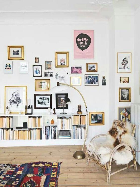 Kleine woonkamer zwevende boekenkast