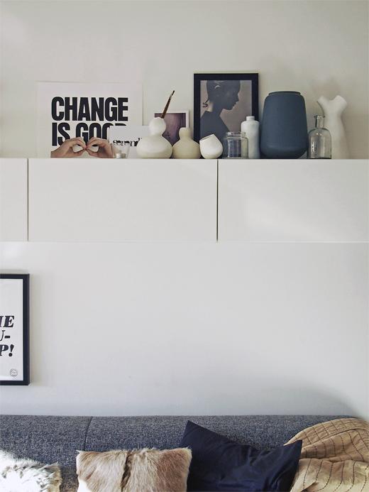 Kleine woonkamer zwevende wandkast boven bank