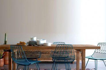 Kleurrijke vloerkleed onder eettafel