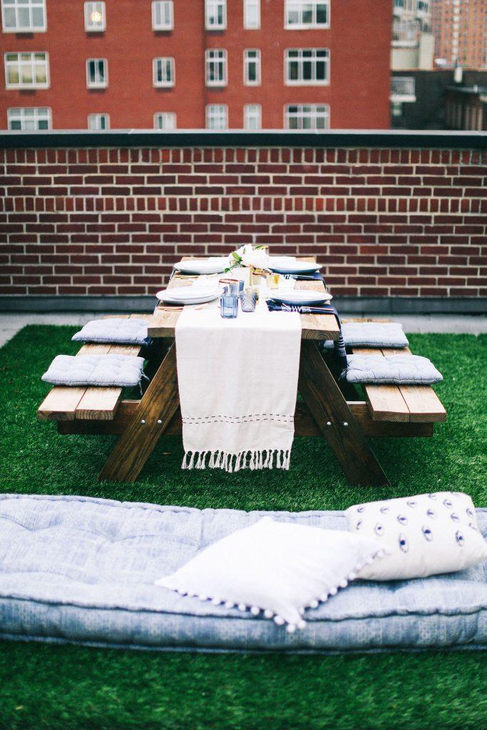 kunstgras op dakterras picknicktafel
