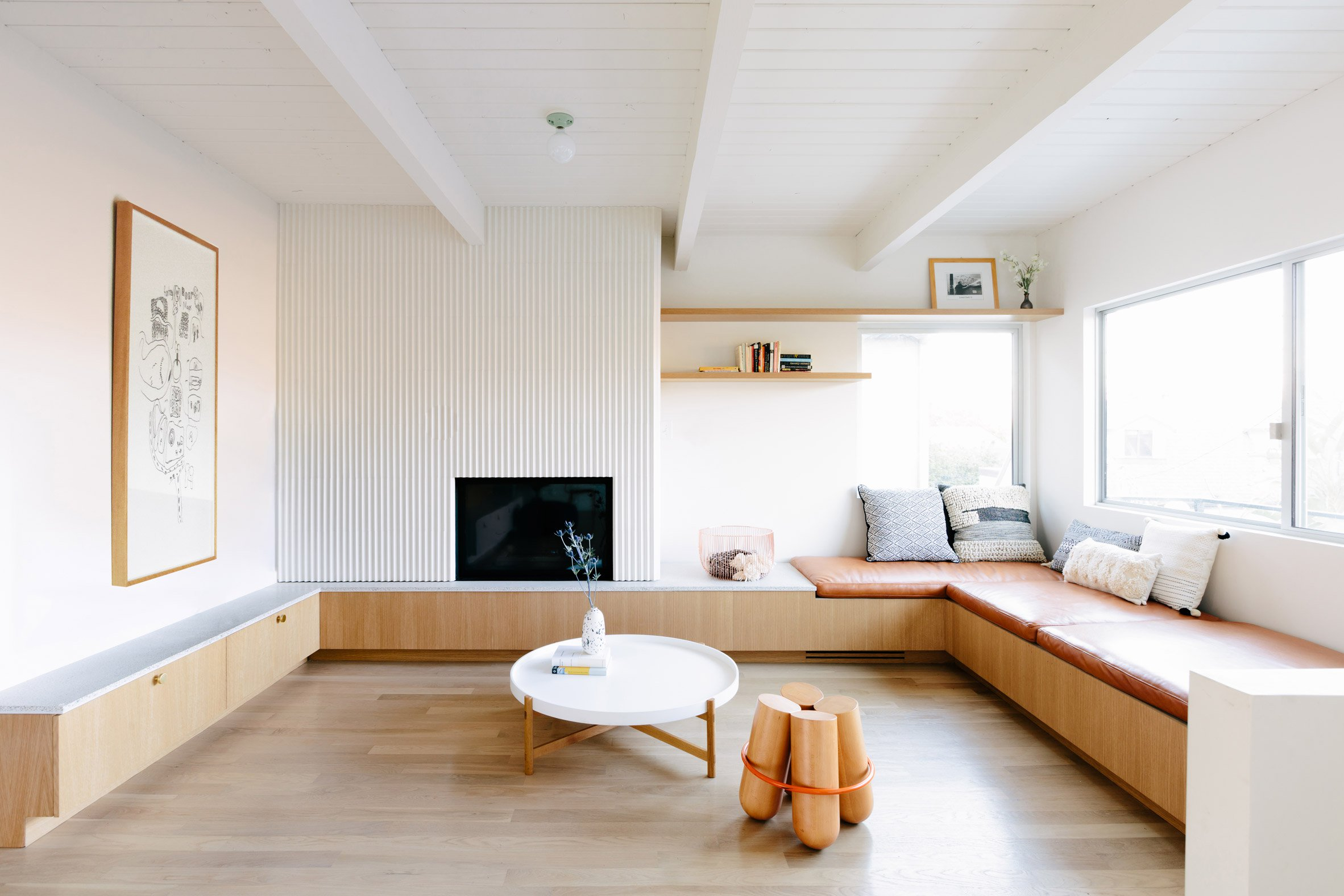 L-vormige woonkamer met Scandinavische eethoek en mintgroene keuken ...