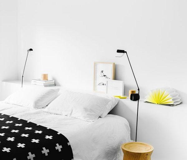 Laag muurtje achter het bed
