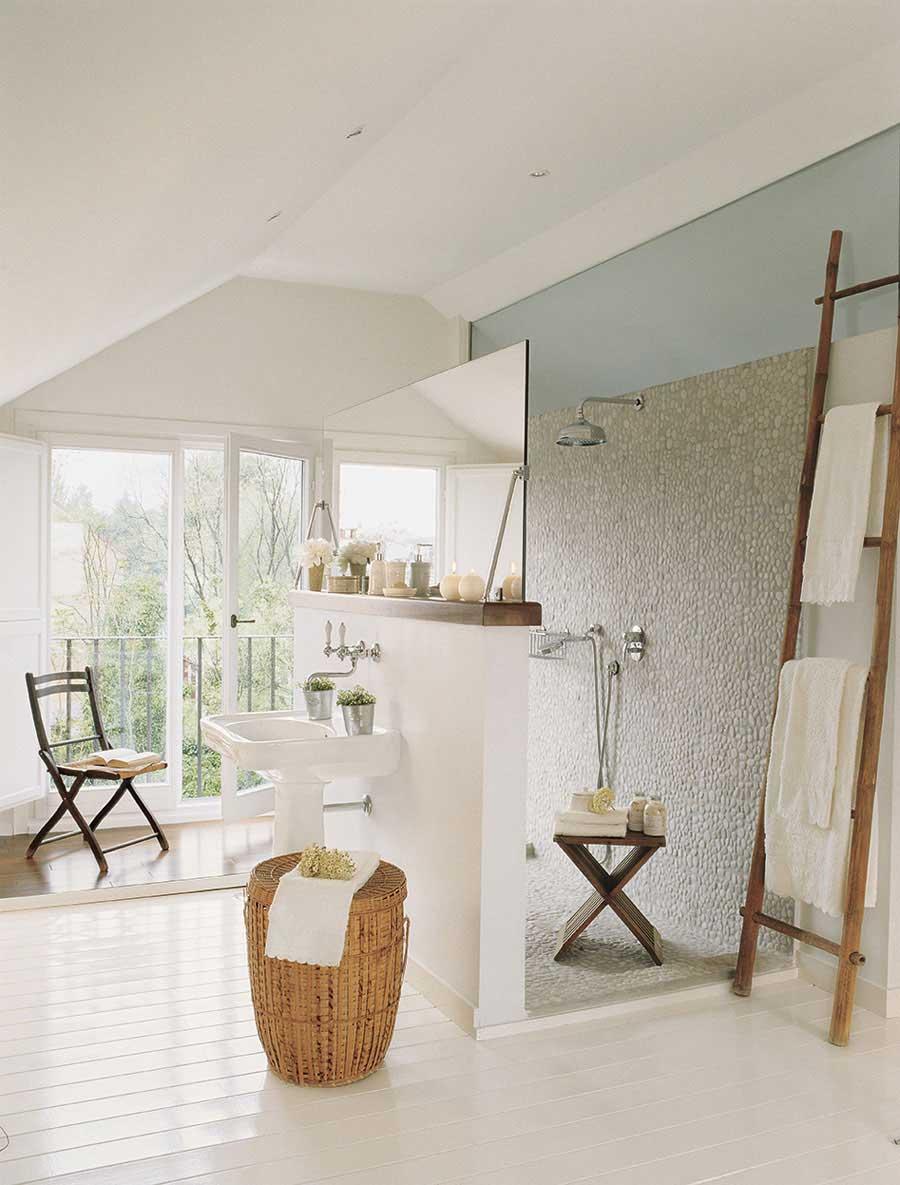 Landelijke badkamer met witte houten vloer