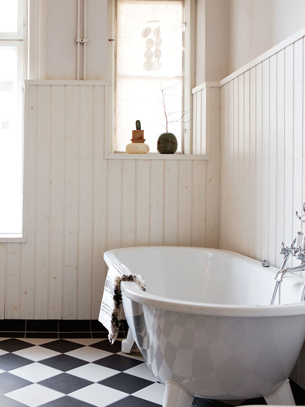 Landelijke badkamer met bad op pootjes