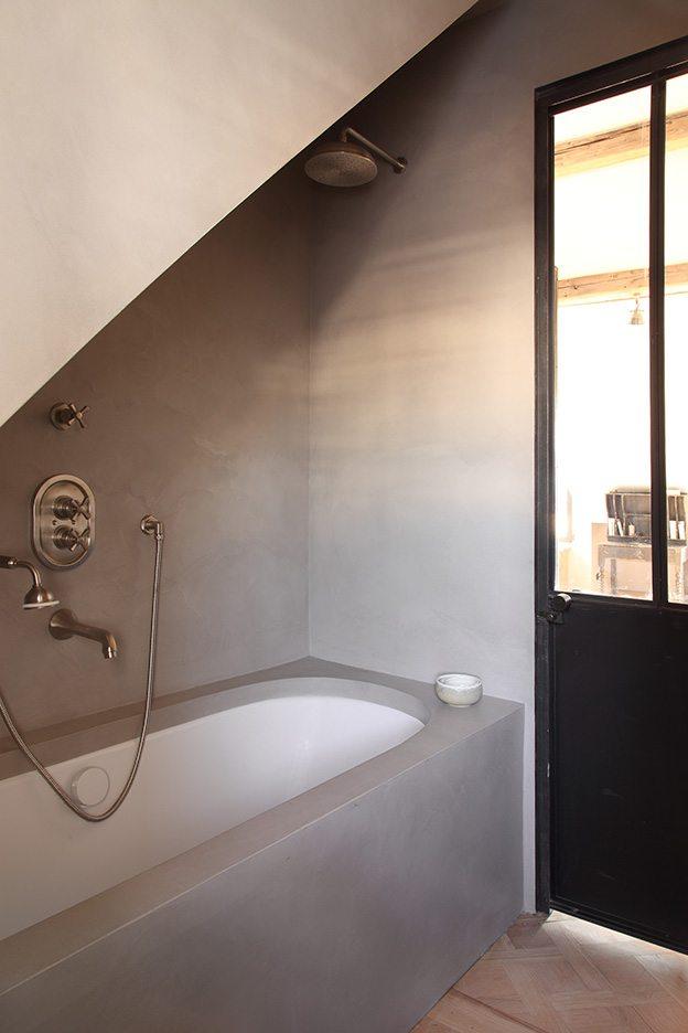 Landelijke badkamer met betonstuc muren