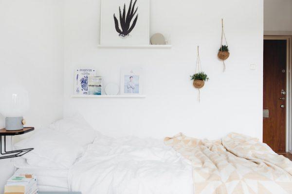 Leuke decoratie in een simpele slaapkamer
