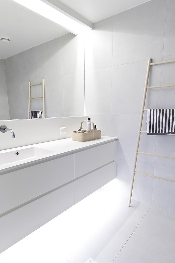 Lichte moderne badkamer van maja homease - Moderne badkamer meubels ...