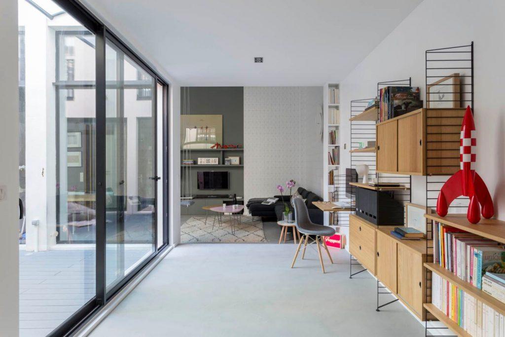 Lichte werkplek naast de woonkamer | HOMEASE
