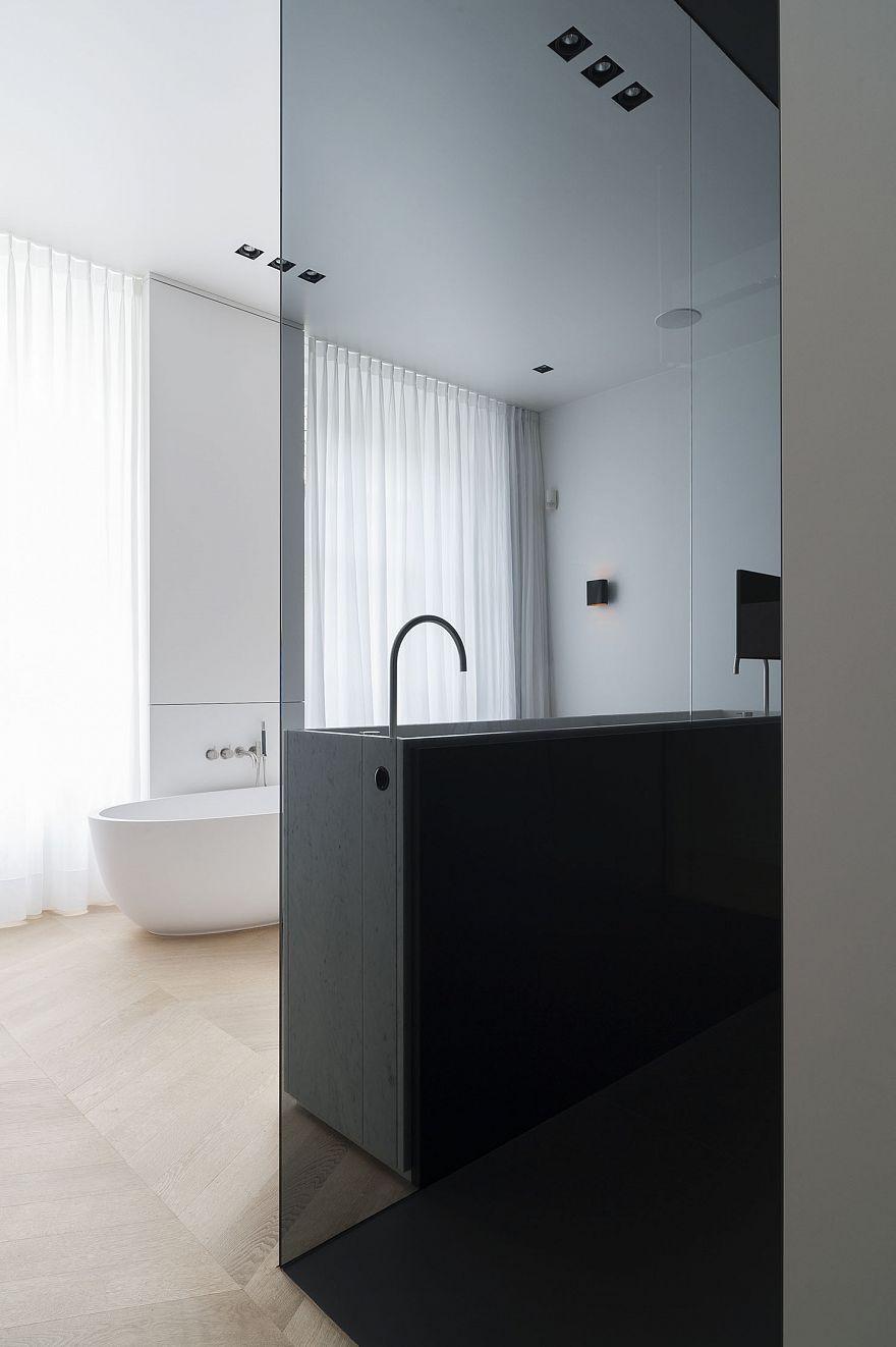 Luxe badkamer met inloopdouche en vrijstaand bad