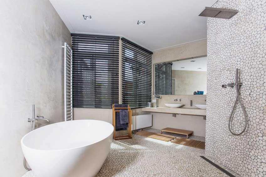 Luxe badkamer met pebblestone