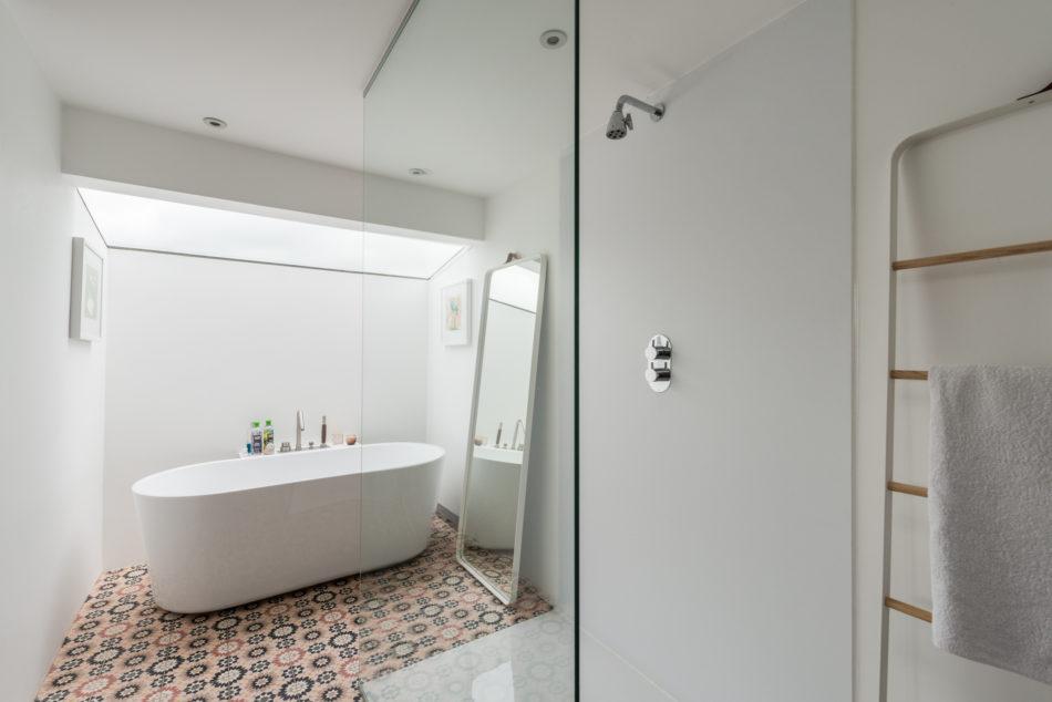 luxe badkamer doorloopdouche vrijstaand bad