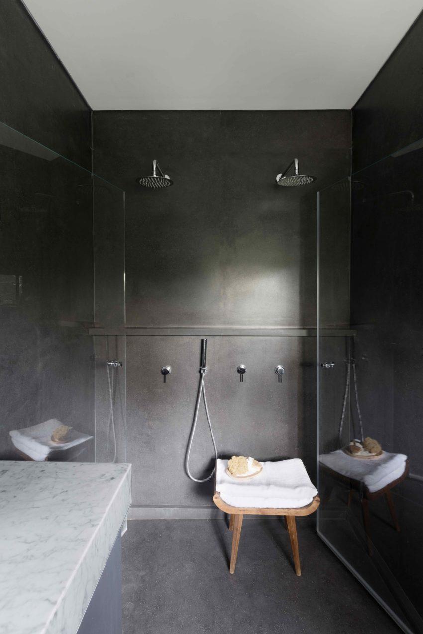 luxe badkamer donkergrijs met dubbele douche naast elkaar