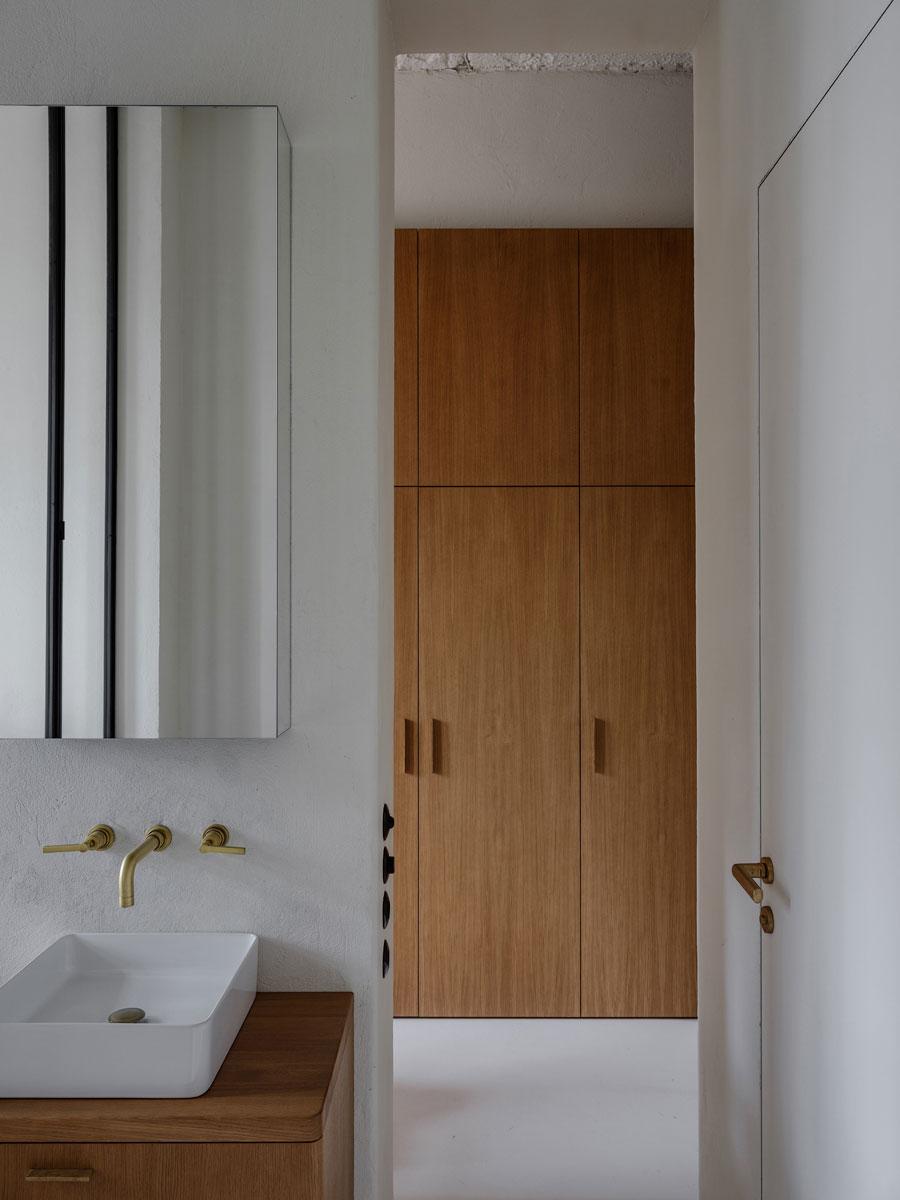 luxe badkamer ensuite met witte pleisterwanden