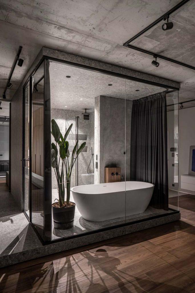 luxe badkamer glazen wanden en vrijstaand bad