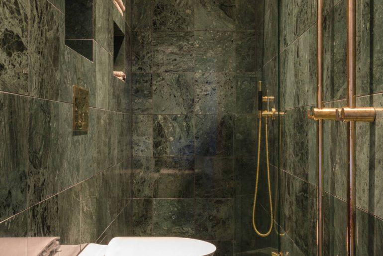 luxe badkamer groen marmer